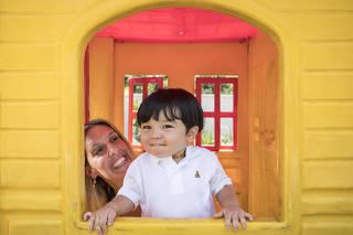 Gravidez depis dos 35 anos. Retrato de Berta Andressa, 39, com seu filho Pietro Kusumoto, 1ano e 8 meses no playground do apartamento onde moram  no Butanta. Berta teve o filho aos 38 anos de idade