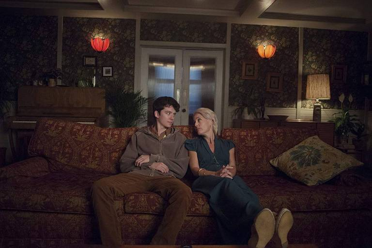 um jovem e uma senhora no sofá
