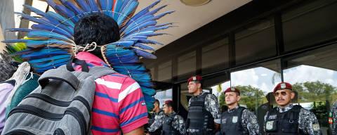 BRASÍLIA, DF, 06.12.2018 - Protestos índios, Jair Bolsonara - Líderes de povos indígenas foram à sede do governo de transição, em Brasília, pedir uma audiência com a equipe de transição do governo de Jair Bolsonaro. O grupo de índios quer cobrar que a Fundação Nacional do Índio (Funai) permaneça vinculada ao Ministério da Justiça no futuro governo. Nesta quinta-feira (6), no ccbb, em Brasília. - (Foto: Walterson Rosa/FramePhoto/Folhapress) ***PARCEIRO FOLHAPRESS - FOTO COM CUSTO EXTRA E CRÉDITOS OBRIGATÓRIOS***