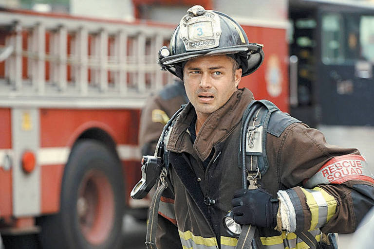 """Taylor Kinney interpreta Kelly Severide na série """"Chicago Fire"""", em cartaz no canal pago Universal; série que mostra aventuras um grupo de bombeiros estreia a quinta temporada"""