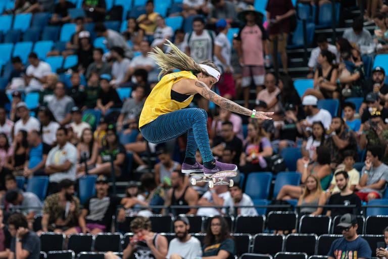 Leticia Bufoni, 25, faz manobra durante a final do Mundial de skate street, na Arena Carioca 1
