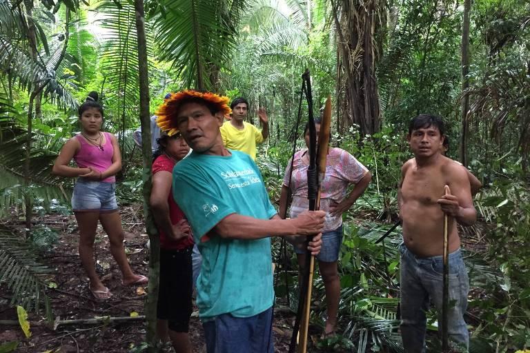 Índios da etnia uru-eu-wau-wau fazem reconhecimento de área invadida por grileiros, em Governador Jorge Teixeira