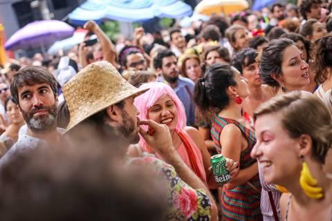 SAO PAULO, SP, BRASIL, 13/jan./2019: Foliões dançam no ensaio Aberto do bloco Charanga do França, que começou no Escadão Marielle Franco, na rua Cardeal Arcoverde e terminou na praça Benedito Calixto, em Pinheiros. (Foto Marcelo Justo/Folhapress) ***Cotidiano*** ORG XMIT: 567403