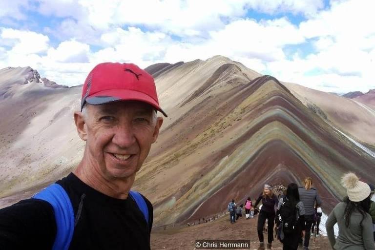 selfie de homem em paisagem de montanhas