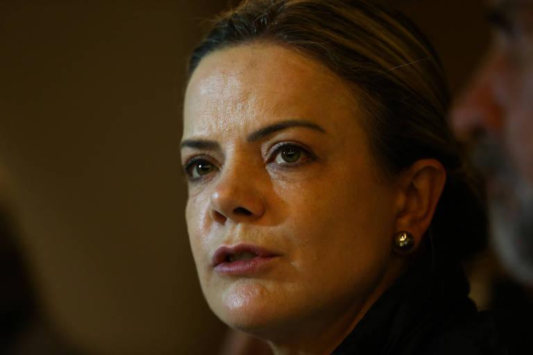 O rosto da senadora Gleisi Hoffmann aparece em primeiro plano