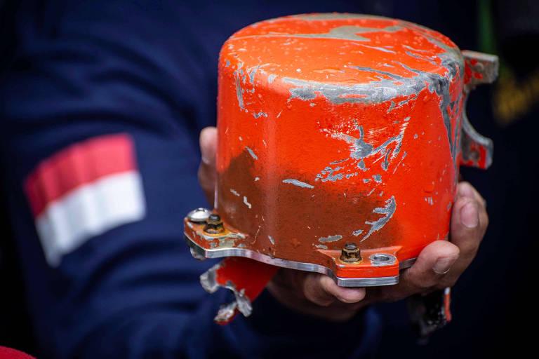Oficial do comitê de segurança de transportes da Indonésia mostra a segunda caixa preta do avião da Lion Air, encontrada por mergulhadores