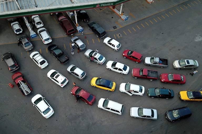 Fila em posto de gasolina em Jalisco, no México