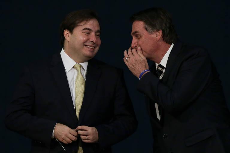 Rodrigo Maia (DEM-RJ) conversa com o presidente Jair Bolsonaro durante posse de novos procuradores do Ministério Público