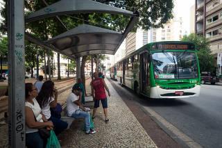 Ônibus circula na avenida São João, no centro de São Paulo