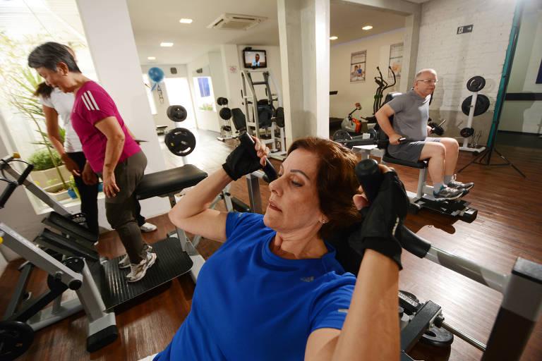 Idosos fazem exercícios em academia em São Paulo