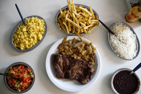 BRASÍLIA, DF, 19.10.2018 - Filé mignon, arroz, cebolas, fritas e outros itens, no bar Faisão Dourado, localizado na Asa Sul, em Brasília (DF). (Foto: Pedro Ladeira/Folhapress)