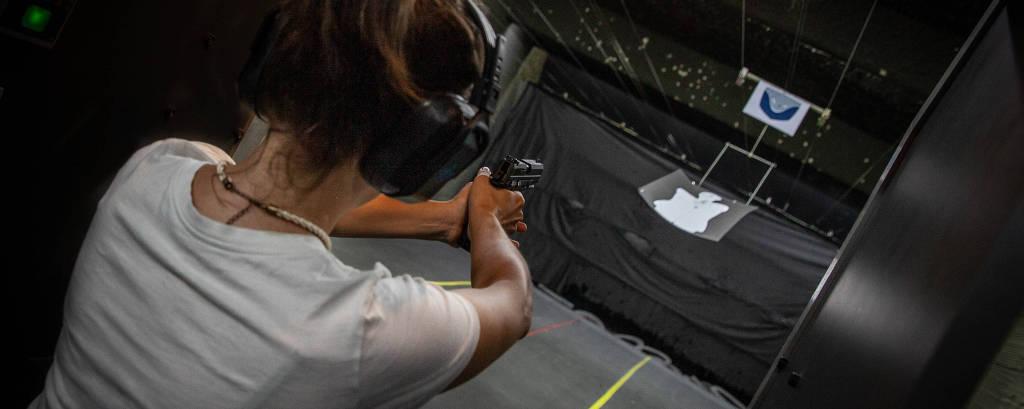 Magê Flores, apresentadora do podcast Café da Manhã,  dispara arma de fogo em clube de tiro na capital paulista
