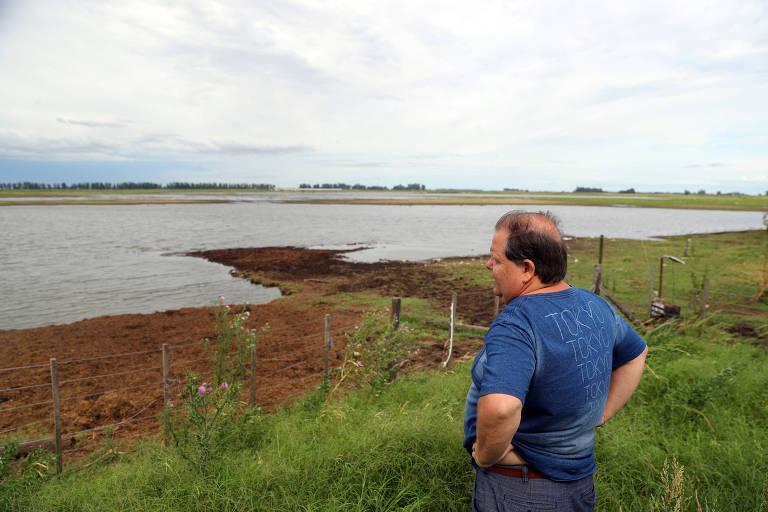 O fazendeiro argentino Mario Giustocio observa campos inundados