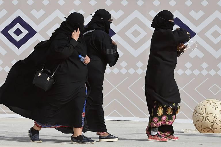 Mulheres sauditas caminham em evento perto de Riad