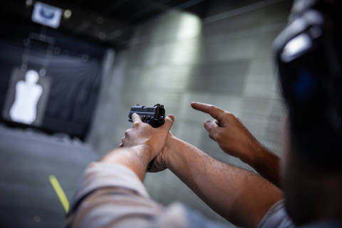 SAO PAULO, SP, 11.01.2019: Rodrigo Vizeu, apresentador do podcast Café da Manhã, da Folha de S.Paulo e do Spotify, aprende técnica de disparo de arma de fogo  (Foto: Victor Parolin/Folhapress) ***EXCLUSIVO FOLHA***