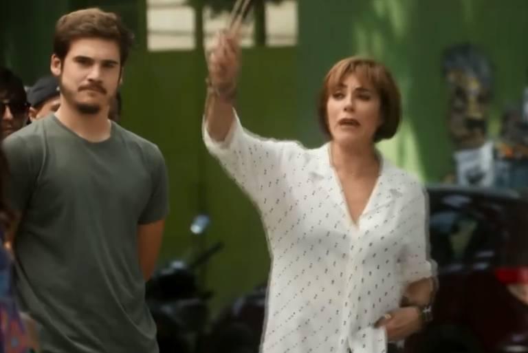 """Cena da novela O Tempo Não Para, na qual personagem da atriz Christiane Torloni usa a frase """"ninguém larga a mão de ninguém"""", semelhante a slogan anti-Bolsonaro"""