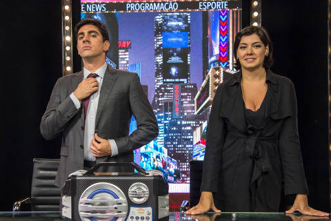 Marcelo Adnet e Veronica Debom em esquete da sexta e última temporada do Tá no Ar