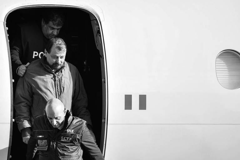 Cesare Battisti deixa avião em aeroporto em Roma, na Itália