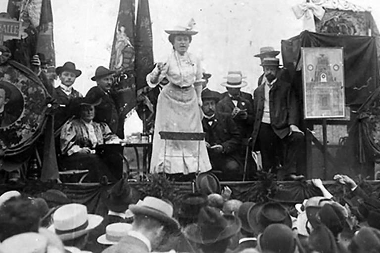 A ativista e jornalista Rosa Luxemburgo em comício