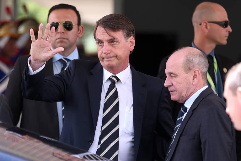 O presidente Jair Bolsonaro, ao lado do ministro Fernando Azevedo, deixa o Ministério da Defesa após almoço com outros ministros de seu governo