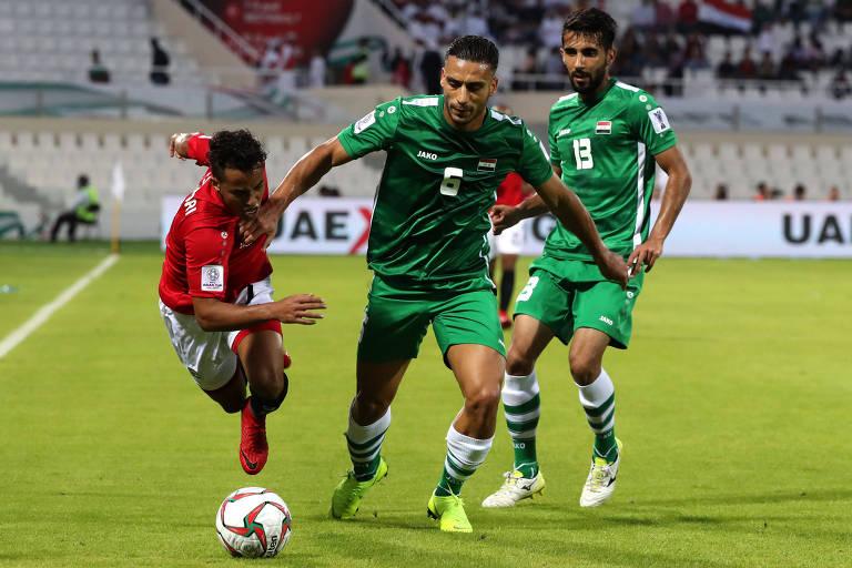 Al-Sarori (à esq, de vermelho), disputa bola com Ali Adnan em partida do Iêmen contra o Iraque pela fase de grupos da Copa da Ásia