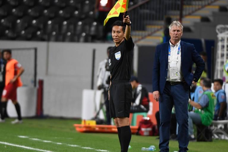 O técnico da seleção do Iêmen, o eslovaco Jan Kocian, observa a partida contra o Irã, na estreia da equipe na Copa da Àsia