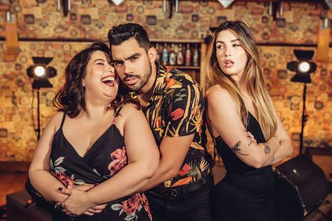 O cantor Gabriel Diniz e as atrizes com quem ele contracena o videoclipe da canção