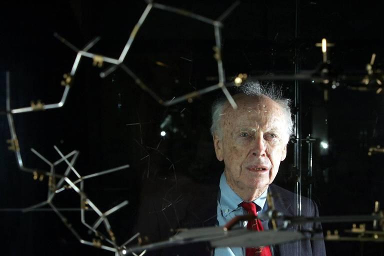 James Watson, um dos fundadores da genética moderna, em frente a um modelo de DNA