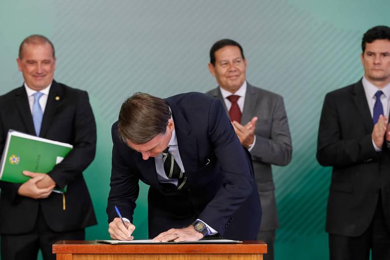 Presidente da República, Jair Bolsonaro assina decreto para posse de armas