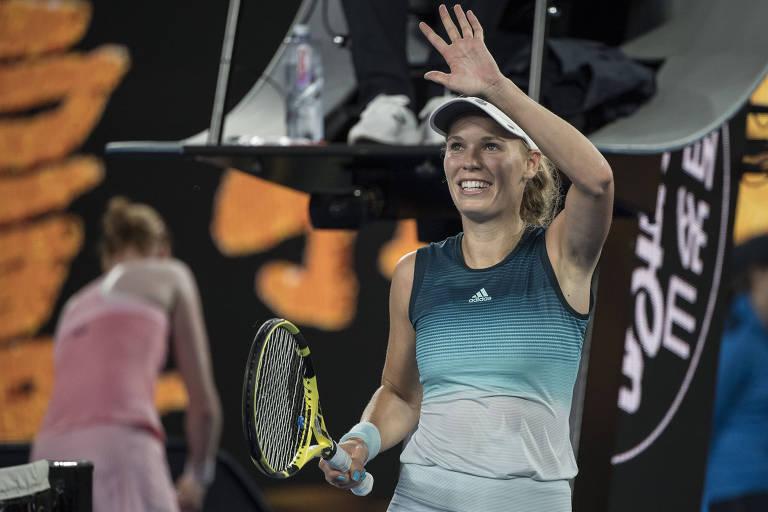 Caroline Wozniacki saúda o público após derrotar a belga Alison van Uytvanck na primeira rodada do Aberto da Austrália