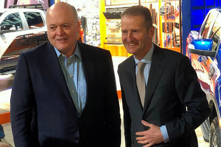 O presidente-executivo da Ford, Jim Hackett (à esq.), com o presidente-executivo da Volks, Herbert Diess
