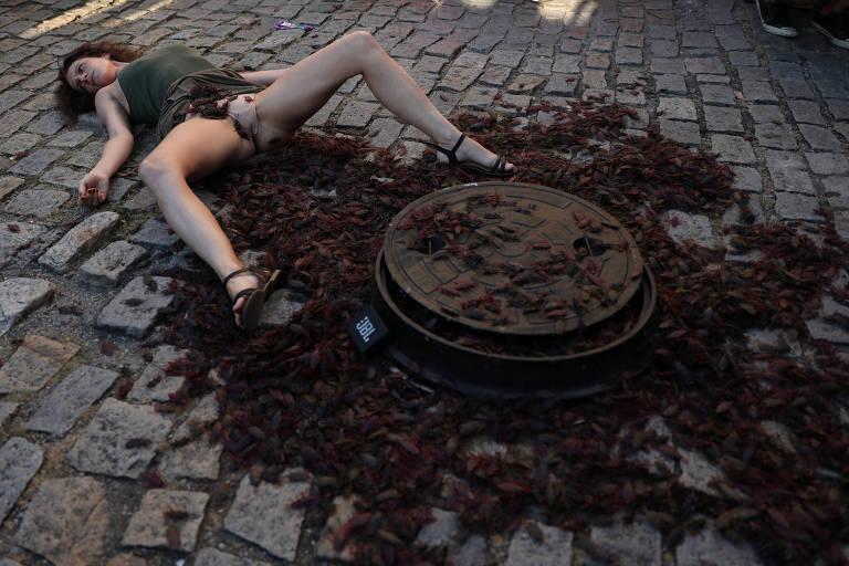 Como protesto, atriz realiza performance censurada pelo governo Wilson Witzel na calçada da Casa França-Brasil, no Rio, na última segunda (14)