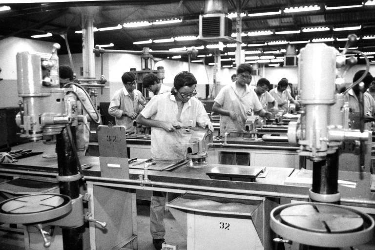 Alunos do Senai em fábrica da Autolatina