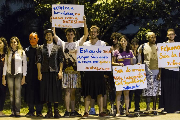 Alunos da USP durante protesto contra preconceito, na Praça do Relógio, em Santos