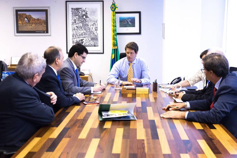 Ricardo Salles em mesa