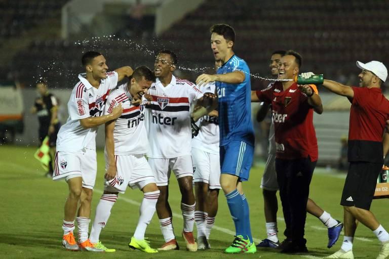 São-paulinos comemoram o gol de Sena na vitória por 3 a 0 sobre o Mirassol