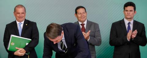 (190115) -- BRASILIA, enero 15, 2019 (Xinhua) -- Imagen cedida por la Presidencia de Brasil, del presidente brasileño, Jair Bolsonaro (frente), firmando el documento durante la ceremonia de firma de un decreto que flexibiliza el registro, la posesión y la comercialización de armas de fuego en Brasil, en el Palacio del Planalto, sede del gobierno en Brasilia, Brasil, el 15 de enero de 2019. El presidente brasileño, Jair Bolsonaro, firmó el martes un decreto que flexibiliza el registro, la posesión y la comercialización de armas de fuego en Brasil, una de las principales promesas durante su campaña electoral. El decreto firmado el martes es la principal medida del gobierno adoptada por Bolsonaro desde su toma de posesión como presidente de la República, el pasado 1 de enero. (Xinhua/Alan Santos/Presidencia de Brasil) (jg) (ah)