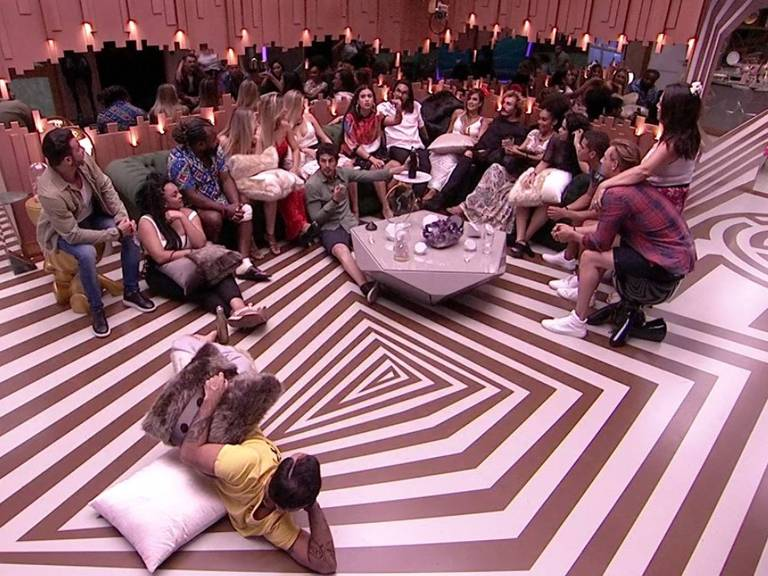 Os 17 participantes reunidos na sala para conversar com Tiago Leifert