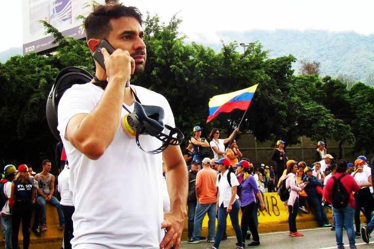 Roderick Navarro participa de manifestação contra regime de Maduro, em junho, em Caracas; ele teve de deixar o país