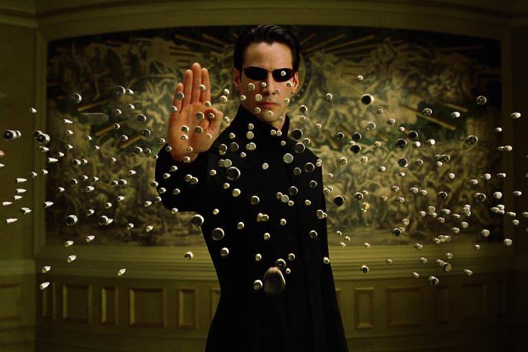 """Cena do filme """"Matrix"""" em que personagem para balas no ar"""