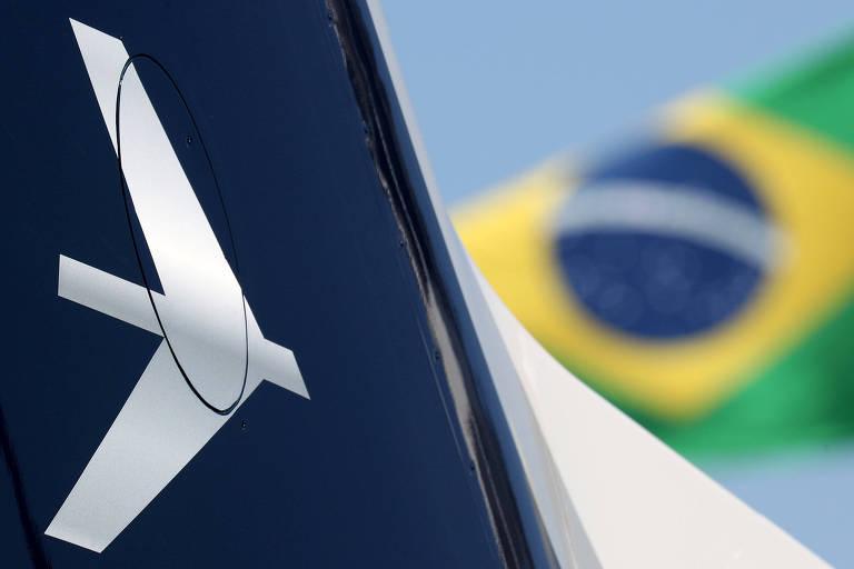 Logo da Embraer e bandeira do Brasil; empresa assinou acordo proposto pela americana Boeing nesta quinta-feira (24)