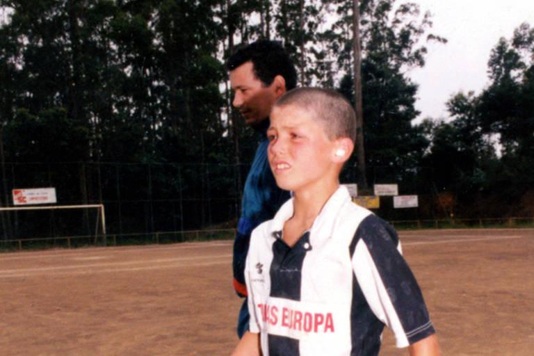 Cristiano Ronaldo, ainda menino, com uniforme do Nacional da Ilha da Madeira