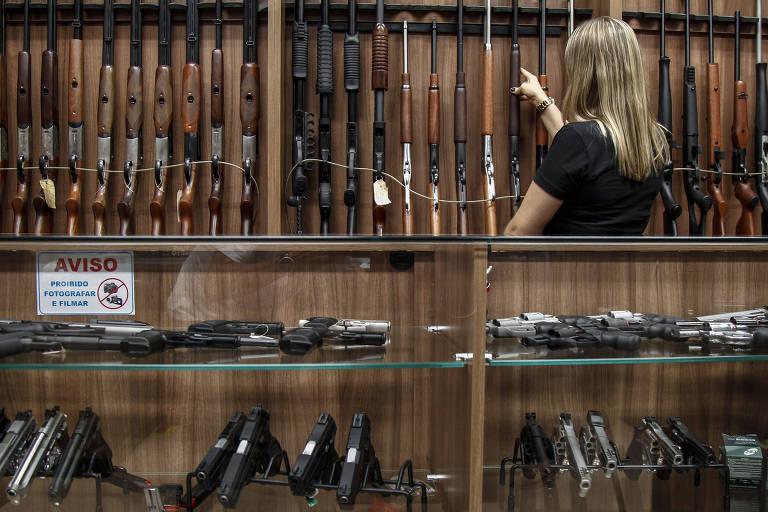 Lojas de armas passaram a receber visitas e maior perguntas de clientes em potencial, após novo decreto assinado por Bolsonaro