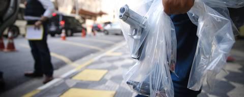 SAO PAULO, SP, BRASIL, 01-09-2015 - Suspeitos foram presos nesta quinta-feira durante a forca-tarefa que investiga a chacina de Osasco e Barueri. Armas, capacetes e celulares tambem foram apreendidos por policiais e levados ao predio do  DHPP(Foto: Zanone Fraissat/Folhapress, COTIDIANO) ***EXCLUSIVO FOLHA****