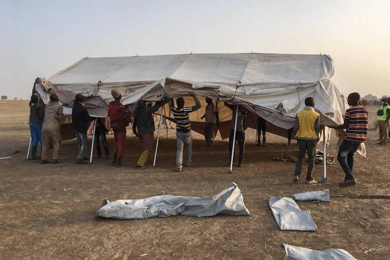 Grupo arma tenda para abrigar refugiados em Bodo, Camarões