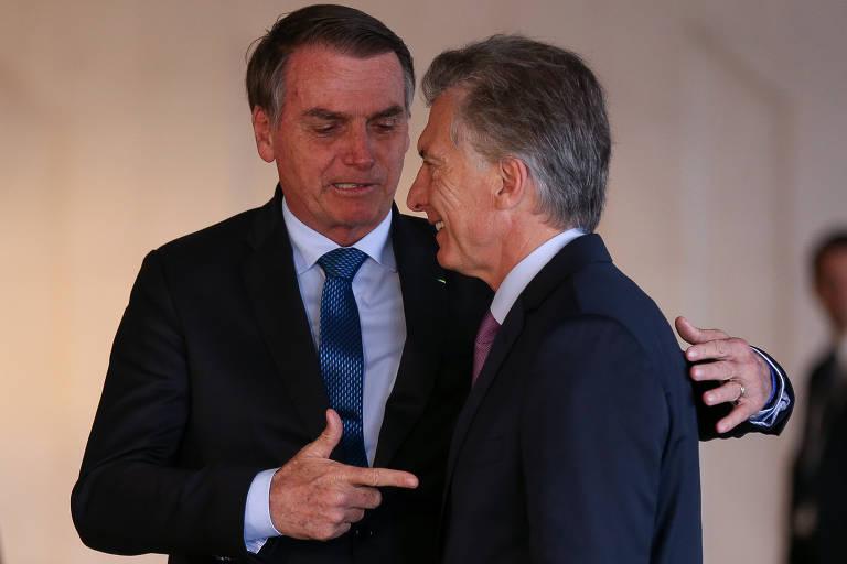 O presidente Jair Bolsonaro brinca com o presidente da Argentina Maurício Macri, ao recebê-lo no palácio do Itamaraty para almoço