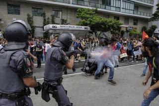 PM atira a curta distância bala de borracha contra manifestante