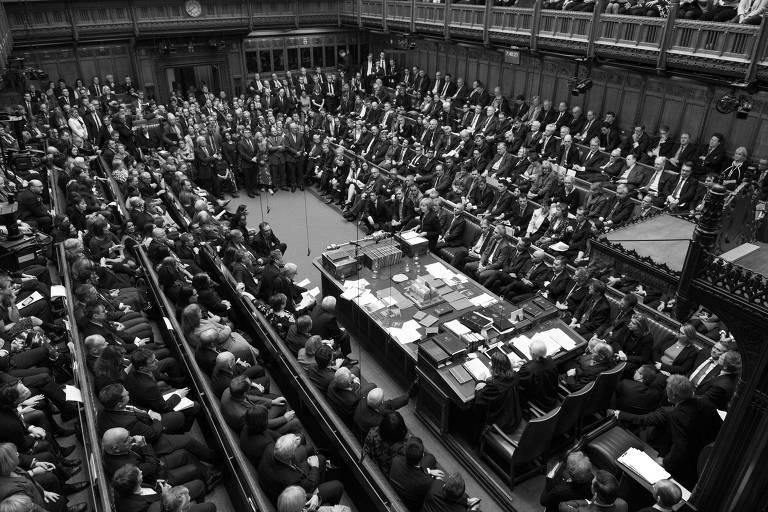Theresa May (ao microfone, no centro) no momento em que fazia a defesa de seu acordo do 'brexit'