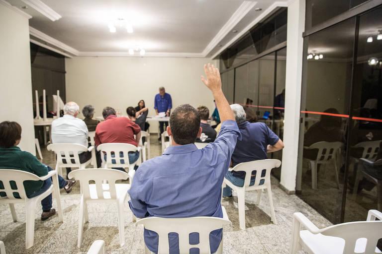 Moradores participam de assembleia em prédio na zona sul de São Paulo