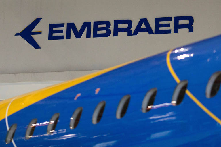 Logo da Embraer; empresa assinou acordo para venda de divisão comercial para Boeing